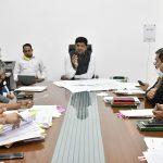 गांवों में शहरों की तर्ज पर कॉलोनियां विकसित करने के लिए डिप्टी सीएम दुष्यंत चौटाला की अधिकारियों के साथ बैठक